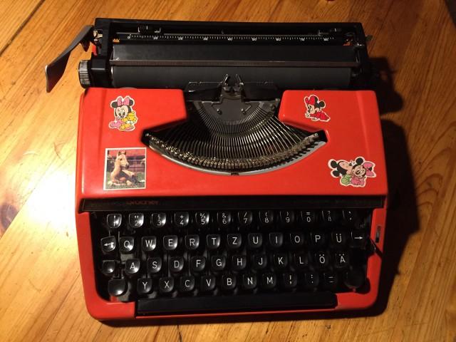 Rote Reiseschreibmaschine